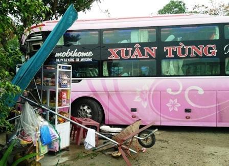 Xe khách mang BKS 43B- 008.53 tông vào quán nước của người dân bên đường