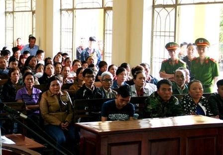 Rất đông người dân đến theo dõi phiên tòa