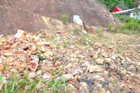 Đống đá từ trong được ông Liếc đưa ra bên ngoài hầm ở phía đường
