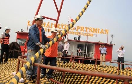 Kéo điện bằng cáp ngầm ra đảo Cù Lao Chàm. Ảnh: EVNCPC