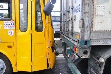 Xe buýt tông vào đuổi xe container