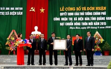 Lãnh đạo thị xã Điện Bàn đón nhận quyết định của Thủ tướng Chính phủ công nhận huyện đạt chuẩn NTM 2015