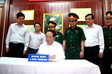 Chủ tịch nước Trần Đại Quang viết sổ lưu niệm