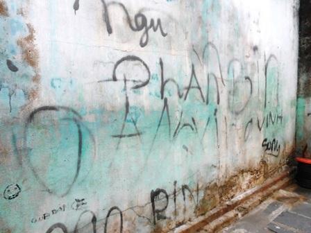 """""""Họa sĩ đường phố"""" làm xấu hình ảnh phố cổ Hội An - 5"""