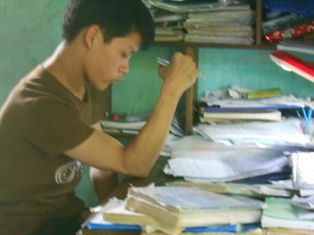 Ý chí kiên cường, tinh thần hiếu học của em Hùng Anh khiến nhiều người cảm phục.