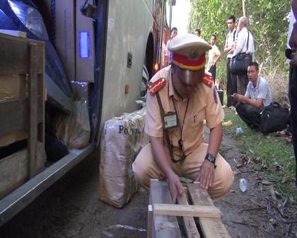 Thùng gỗ chứa vũ khí quân dụng trên xe khách Chín Nghĩa