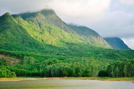 Một bên là núi non hùng vĩ, kỳ thú