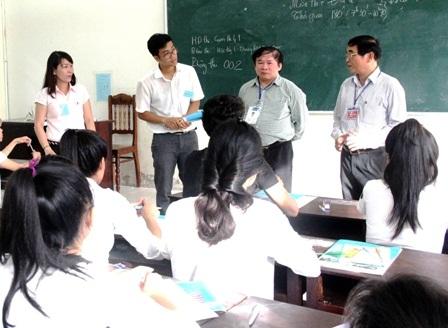 Thứ trưởng Bùi Văn Ga thăm hỏi, động viên thí sinh ở cụm thi 41 tại Trường ĐH Quảng Nam
