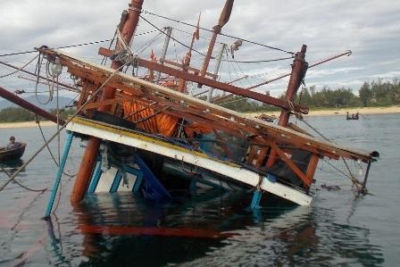 Tàu QNa 90769 TS bị chìm gần hết dưới biển