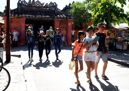 Du khách nước ngoài tham quan Chùa Cầu - Hội An