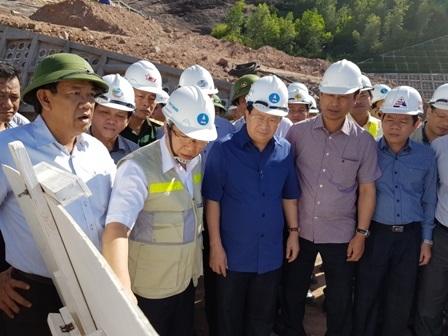 Phó Thủ tướng nghe chủ đầu tư báo cáo tiến độ thi công tại công trường