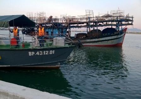 Tàu Biên phòng lai dắt tàu câu mực vào bờ an toàn