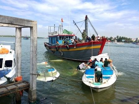 Lực lượng Bộ đội Biên phòng đang trục vớt ca nô bị chìm