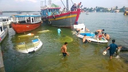 Lực lượng Biên phòng tiến hành trục vớt ca nô bị chìm. (Ảnh: Biên phòng Cửa Đại cung cấp)
