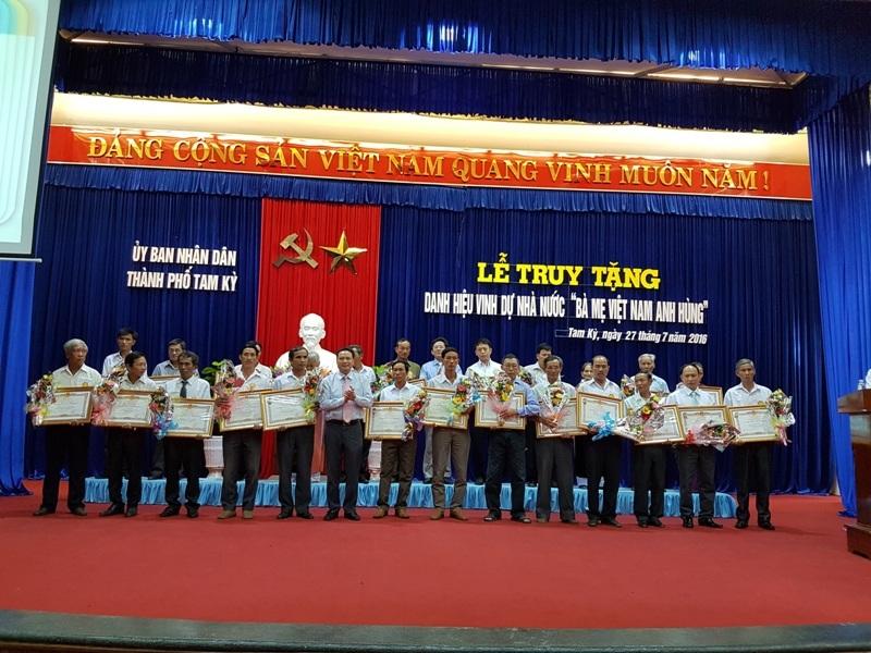 Lãnh đạo tỉnh Quảng Nam trao danh hiệu đến đại diện các Mẹ Việt Nam Anh hùng trên địa bàn Tam Kỳ