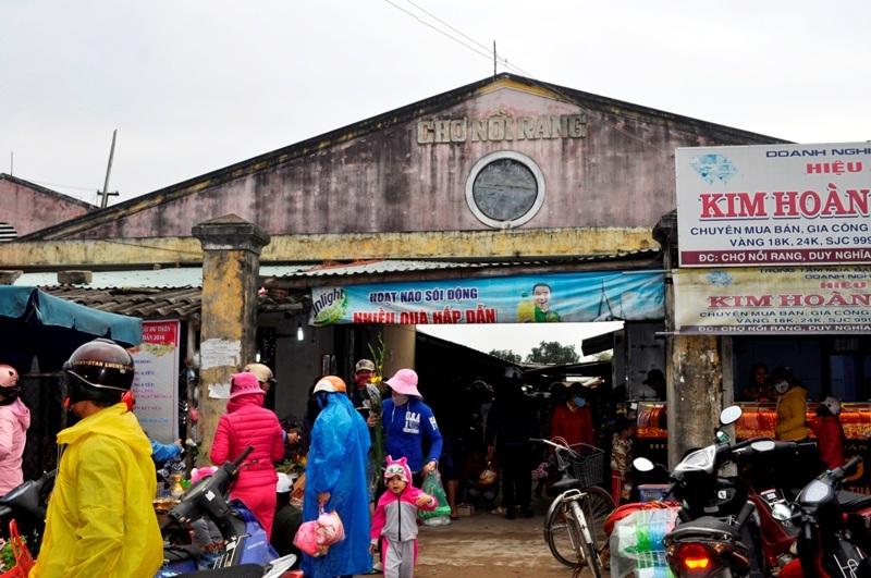 Chợ là nơi trao đổi, mua bán các mặt hàng truyền thống của phụ nữ quê nơi đây