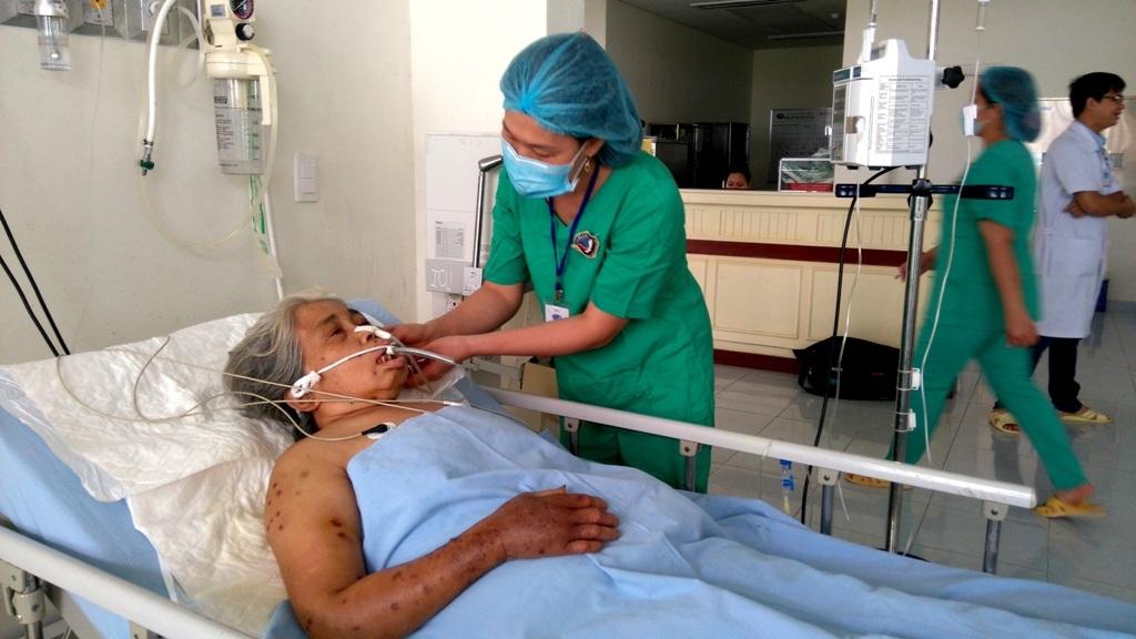 Các bác sĩ đang chăm sóc cho cụ Lộc