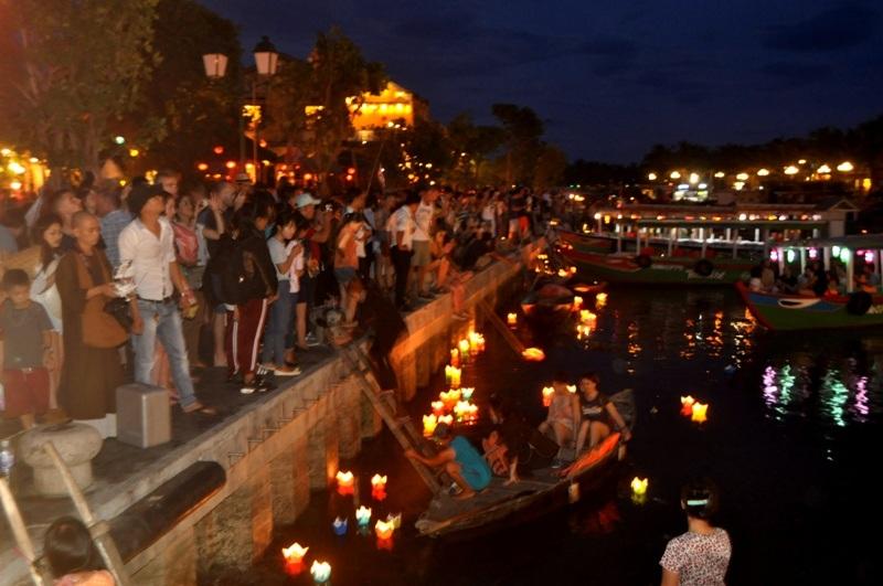 Hàng ngàn du khách từ khắp nơi đổ về đón lễ vu lan