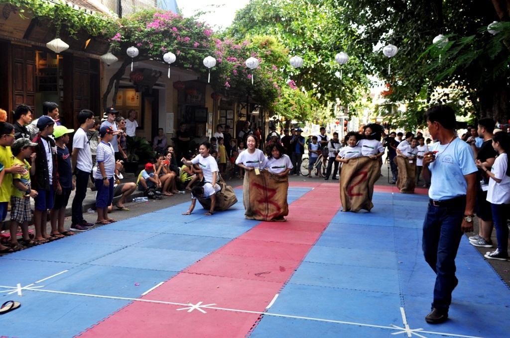 Các trò chơi dân gian thu hút đông đảo bạn trẻ tham gia trong ngày hội