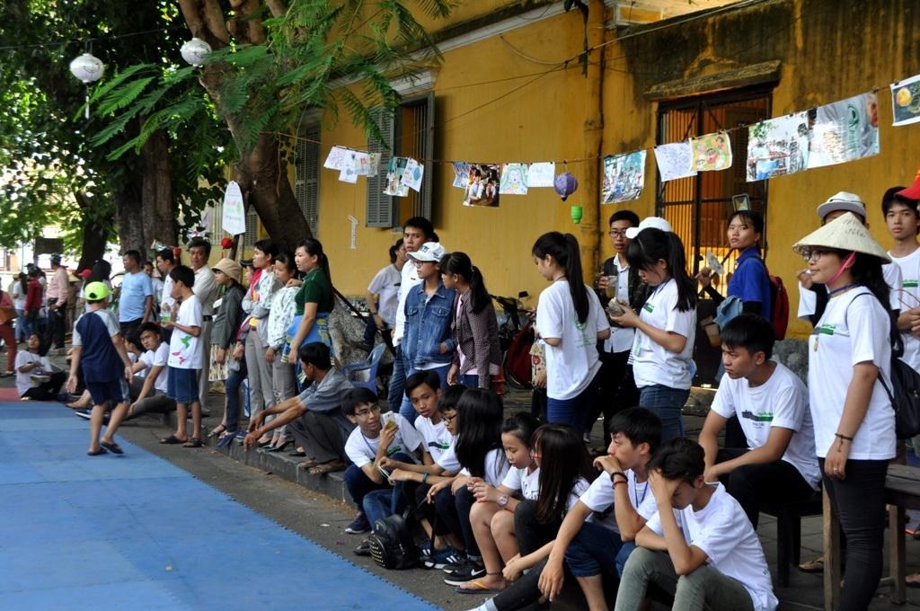 Rất đông du khách theo dõi các hoạt động của lễ hội