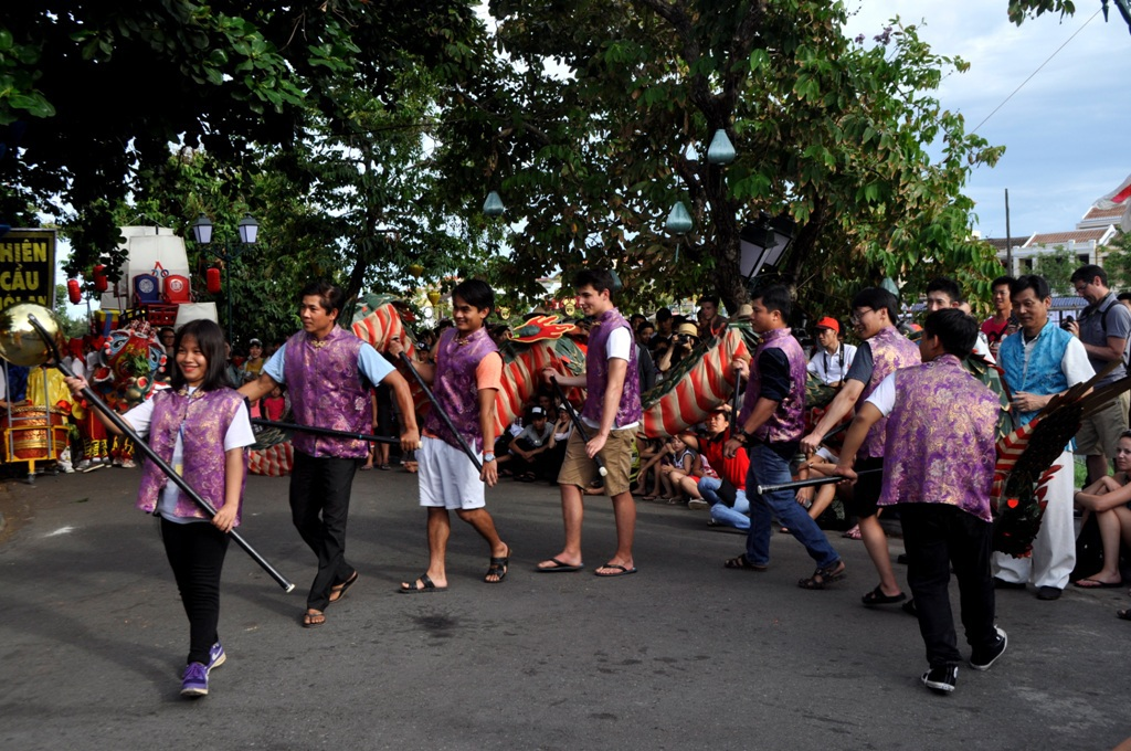 Các bạn trẻ đến từ nhiều nước khác nhau cùng trải nghiệm múa rồng Nhật Bản