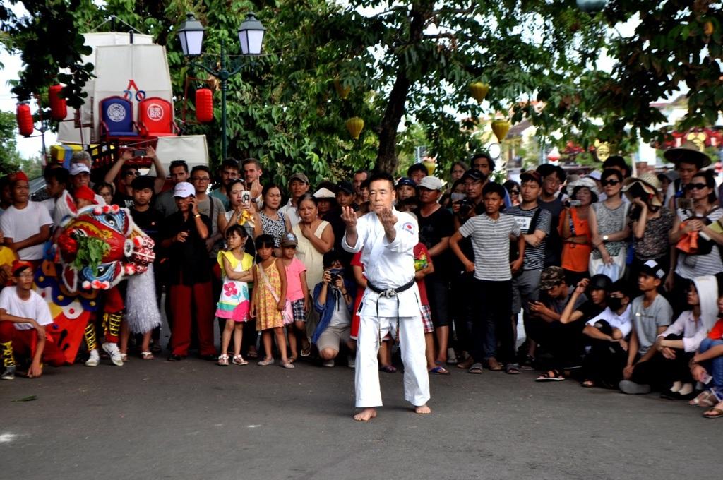 Võ sư Nhật Bản trình bày bài quyền Karatedo