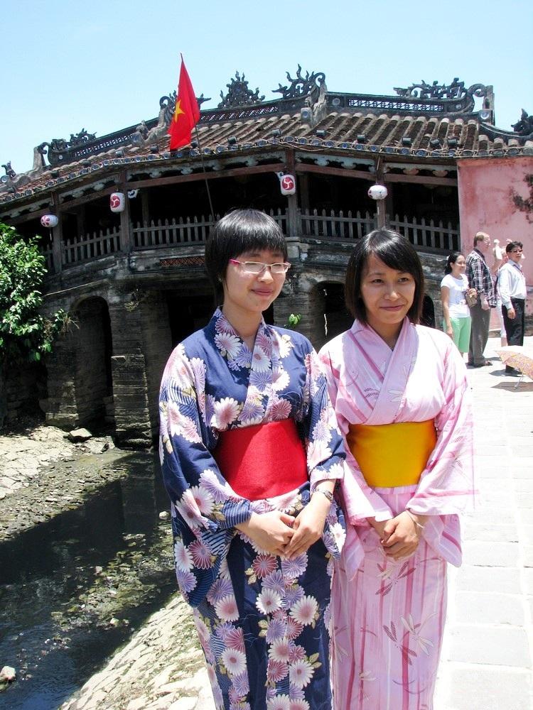 Du khách Nhật chụp hình lưu niệm với Chùa Cầu. Chùa Cầu đầu tiên có tên gọi là cầu Nhật Bản