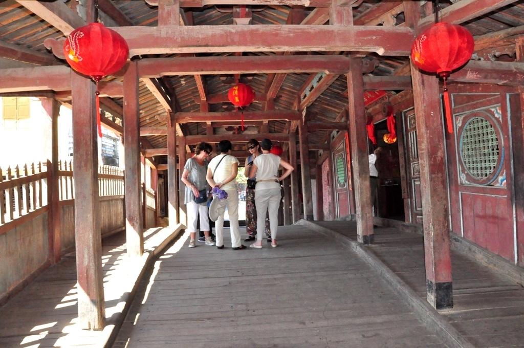 Du khách tham quan bên trong Chùa Cầu