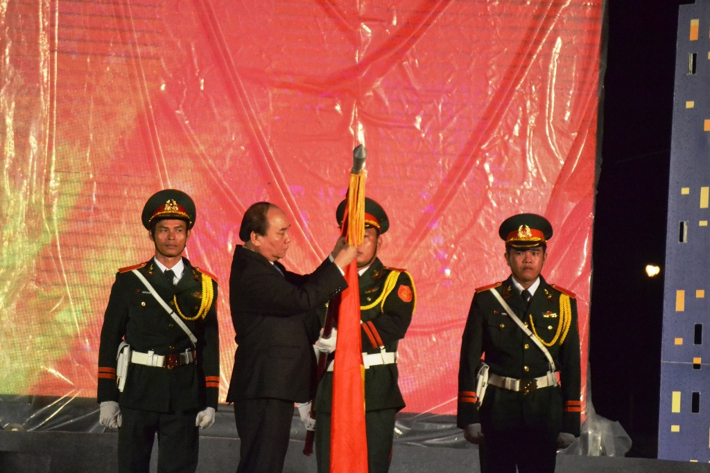 Thủ tướng Nguyễn Xuân Phúc gắn Huân chương Độc lập hạng Ba lên cờ Tổ quốc