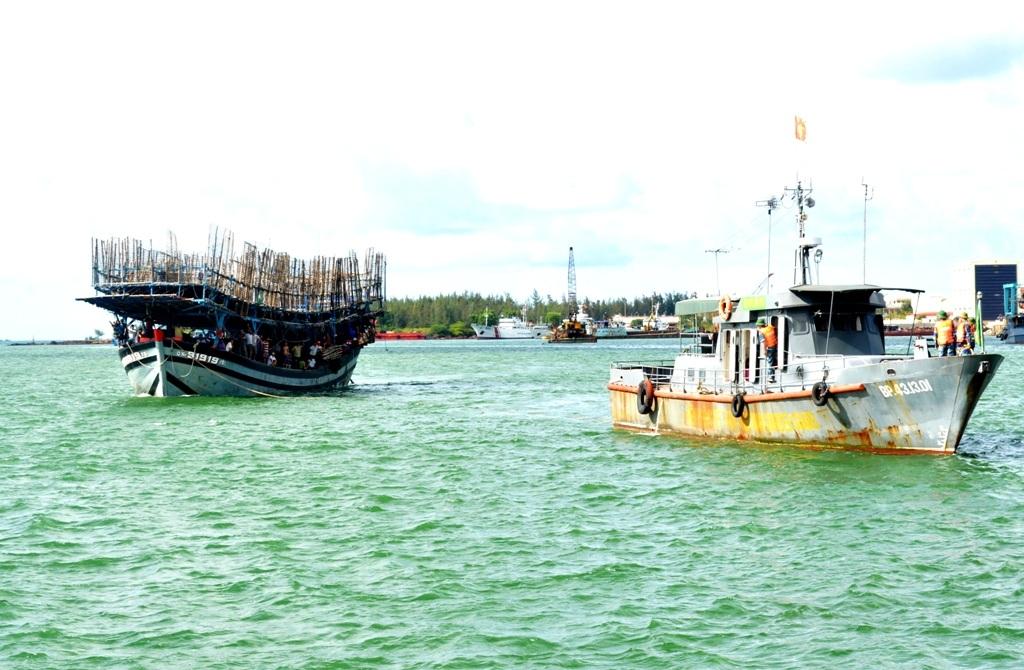 Tàu Hải đội 2 đang lai dắt tàu cá gặp nạn vào bờ. (Ảnh: CTV)