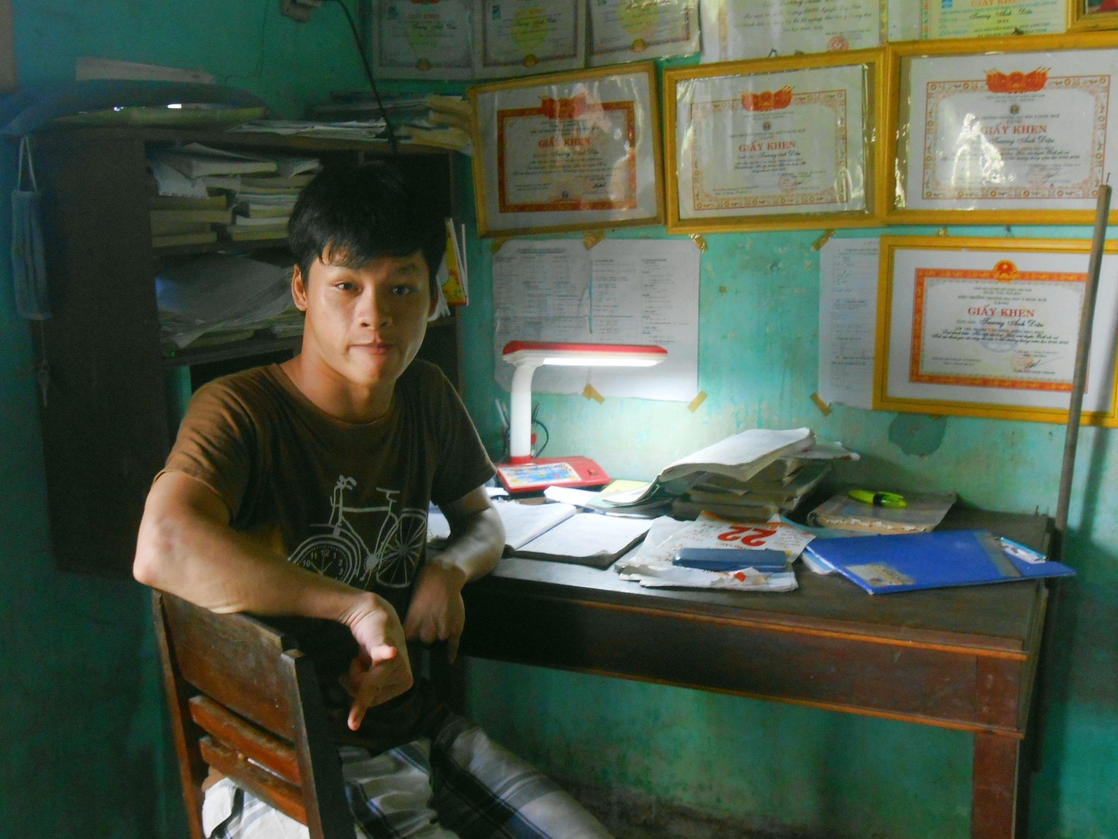 Em Trương Hùng Anh bị khuyết tật đặc biệt nặng (chân tay teo rút, không nói được).
