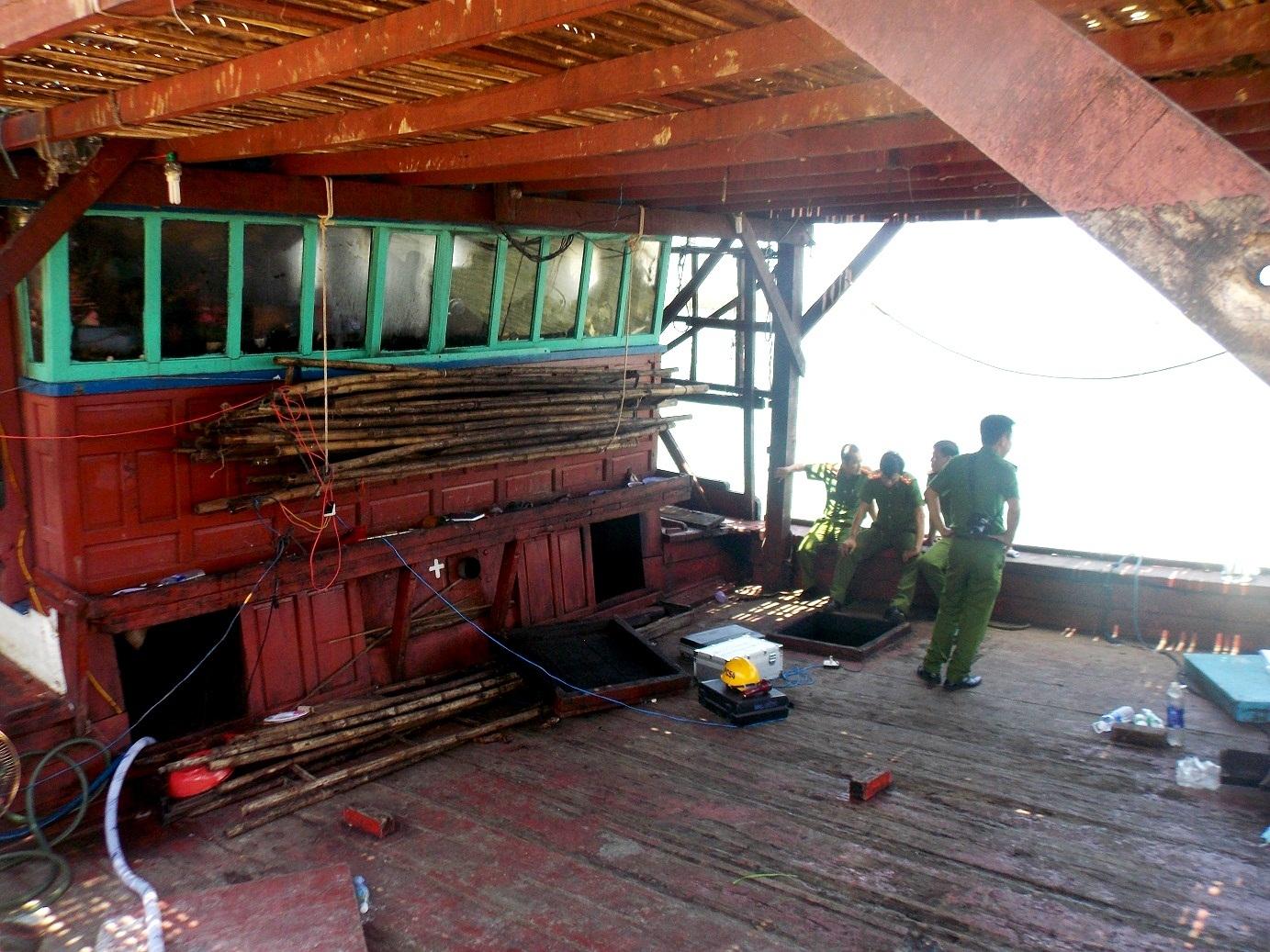 Lực chức năng đang khám nghiệm tàu bị cháy