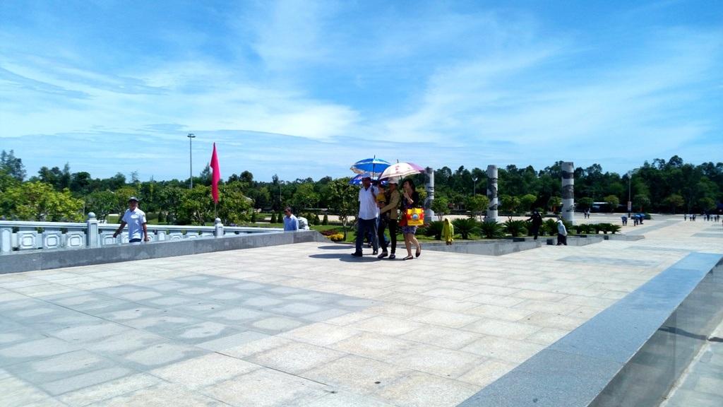 Người dân đến tham quan khu Tượng đài Mẹ VNAH