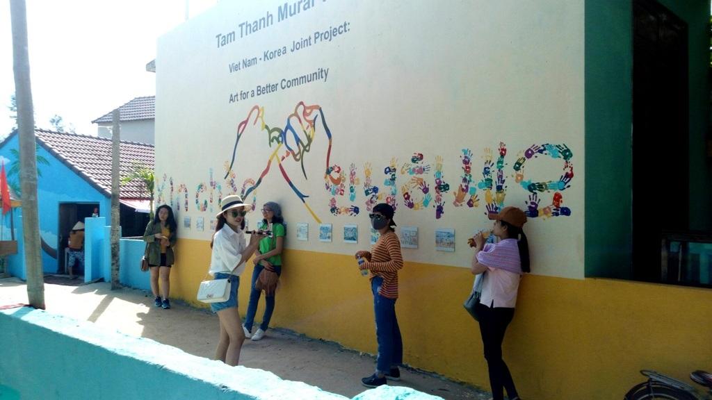 Làng bích họa Tam Thanh cũng là một địa chỉ mới thu hút nhiều du khách đến tham quan