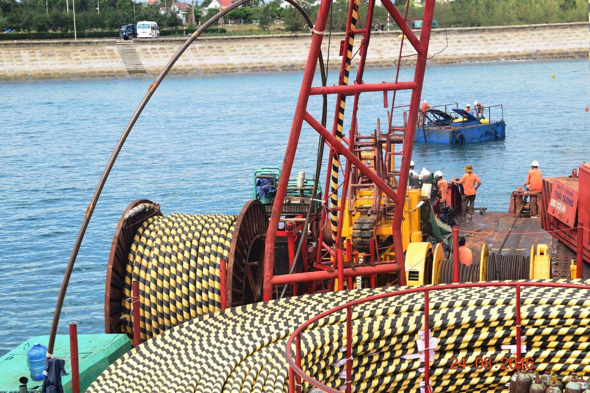 Những mét dây điện cao áp xuyên biển cuối cùng được thi công