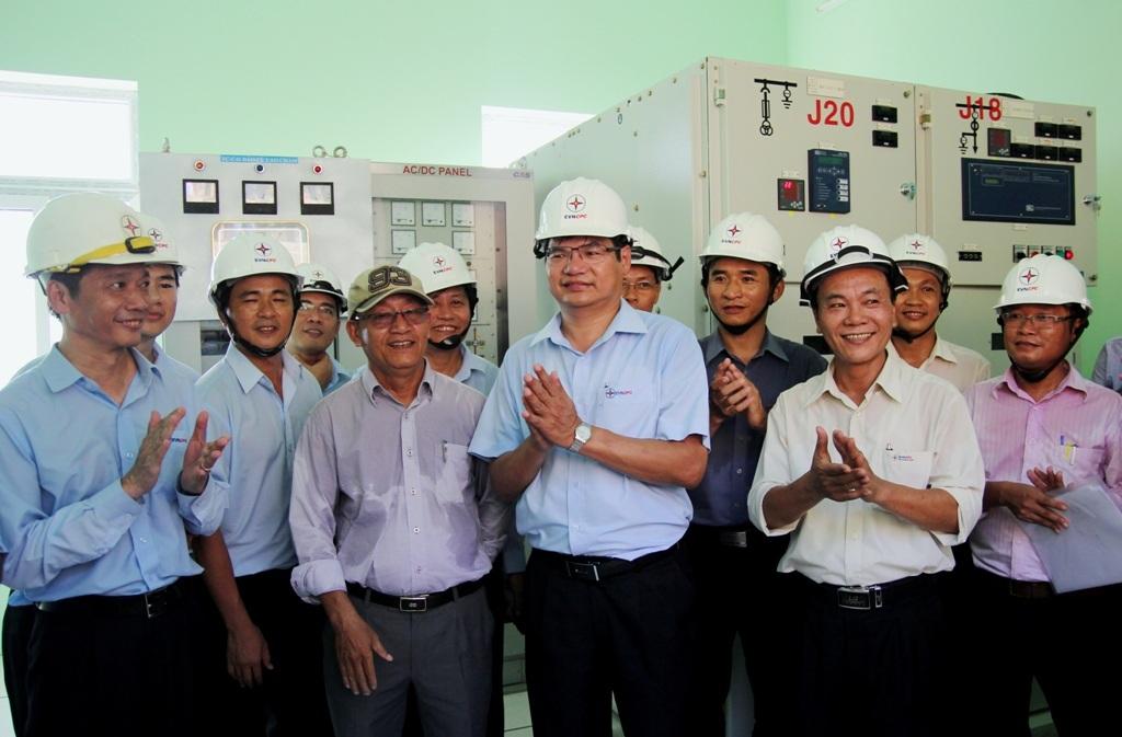 Lãnh đạo EVNCPC và địa phương chúc mừng đóng điện cho Cù Lao Chàm thành công