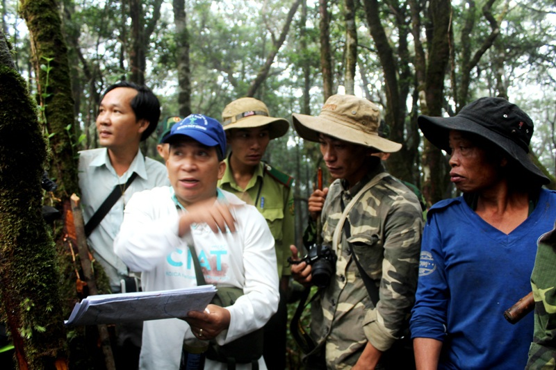 Bí thư huyện Tây Giang – ông Bhríu Liếc (thứ 2 từ trái sang) – cùng đoàn đi khảo sát