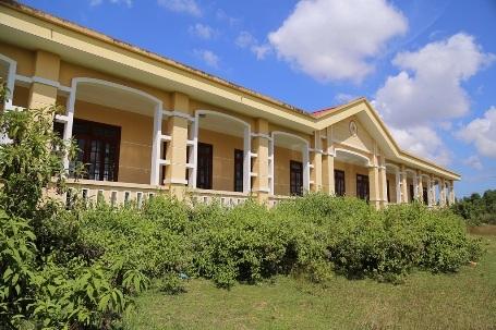 Người dân luôn cảm thấy tiếc nuối bởi dù trường đã hoàn thành nhưng con em họ vẫn phải đi học cách đó gần 3 km.