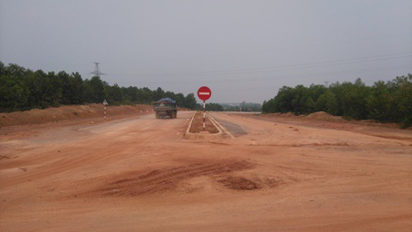 Đất đai được các xe tải chở vào hướng TP Đông Hà gây ô nhiễm môi trường