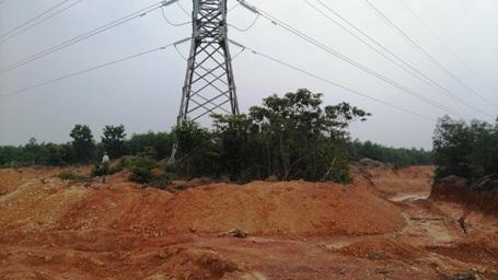Một số trụ điện bị đào sát tận móng, gây mất an toàn