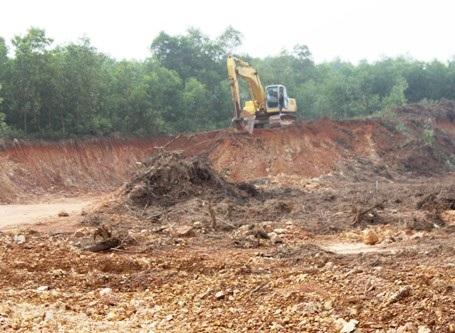 Một chiếc máy múc luôn chực sẵn để lấy đất