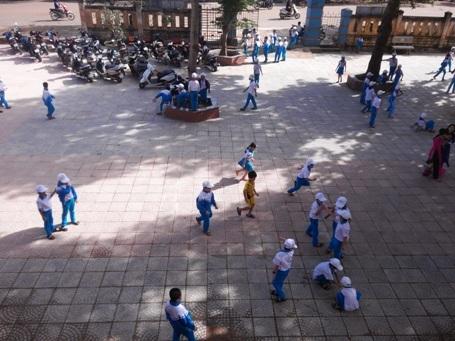 Trường tiểu học số 1 Khe Sanh có 4 điểm trường, trong đó riêng điểm trường chính có 553 học sinh, và447 học sinh bán trú.