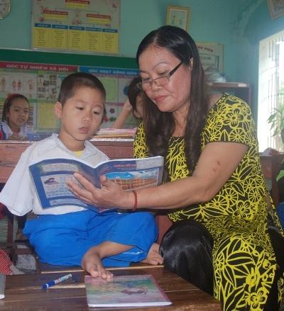 Cô giáo theo sát em Tài trong quá trình học tập cả ở trên lớp lẫn ở nhà.