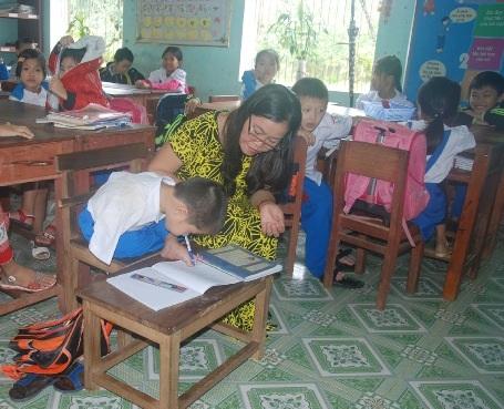 Hàng chục năm gắn bó với nghề, cô Sành đã giúp cho nhiều học sinh khuyết tật vượt qua khó khăn để học tập.
