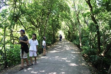 Lạc vào khu sinh thái, mọi người được cảm nhận sự mát rượi của khí trời, ngắm rừng nguyên sinh đa dạng