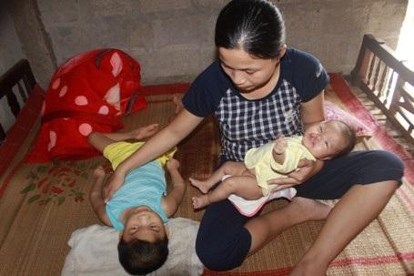 Một mình chị Vân Anh phải túc trực bên cạnh để chăm sóc cho các con