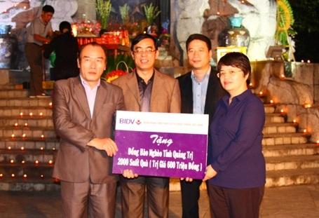 Đại diện BIDV trao biểntượng trưng 2.000 suất quà cho người dân tỉnh Quảng Trị