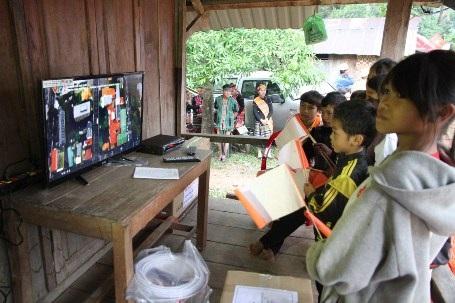 Trẻ em tại bản Cu Pua, Chân Rò vui sướng xem truyền hình trong ngày đóng điện