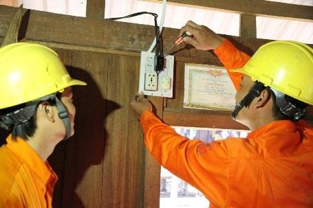 Cán bộ ngành điện kiểm tra lại các thiết bị dẫn điện, công tắc trong nhà dân