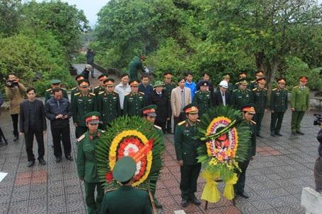 Đoàn công tác dâng hương, dâng hoa tri ân các anh hùng, liệt sĩ